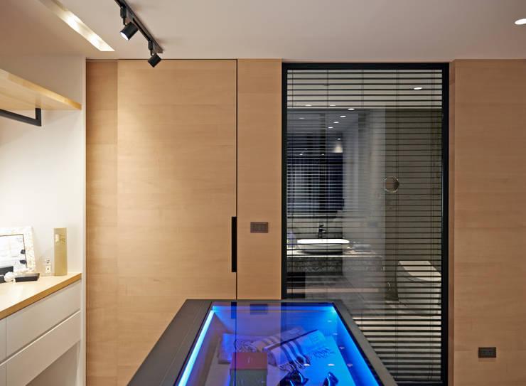 輕 湖口 別墅宅:  更衣室 by WID建築室內設計事務所 Architecture & Interior Design