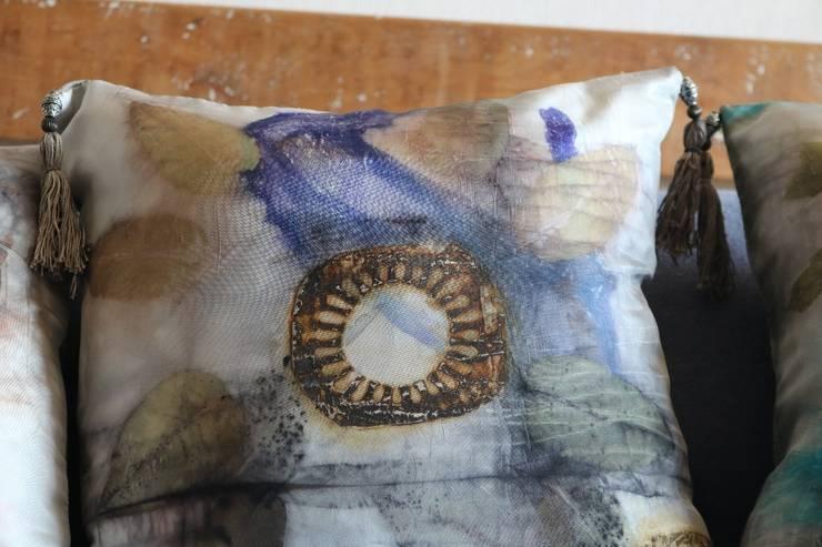 cojin seda teñido ecologico: Salas de estilo  por Origen Lo Natural EIRL