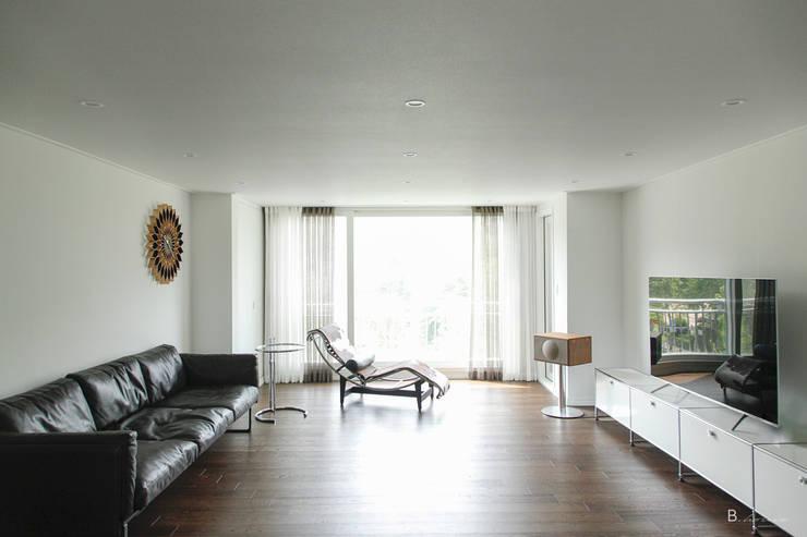 Calm & contemporary : B house 비하우스의  거실,
