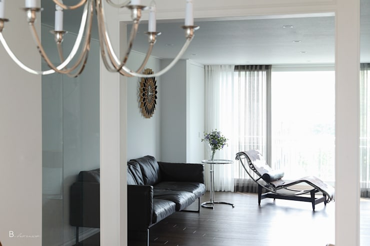 refined design with silver : B house 비하우스의  거실,