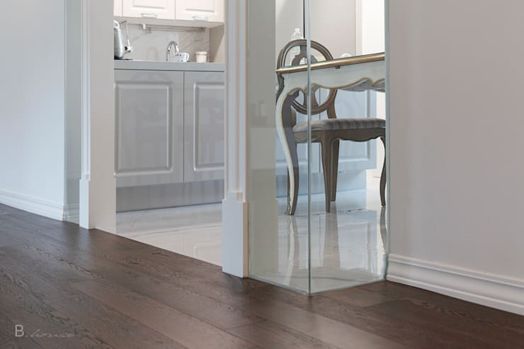 Marble tile meets wood flooring: B house 비하우스의  다이닝 룸,