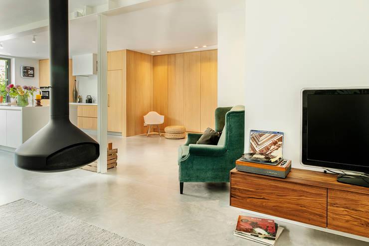 Stoere loft sfeer:  Woonkamer door Jolanda Knook interieurvormgeving
