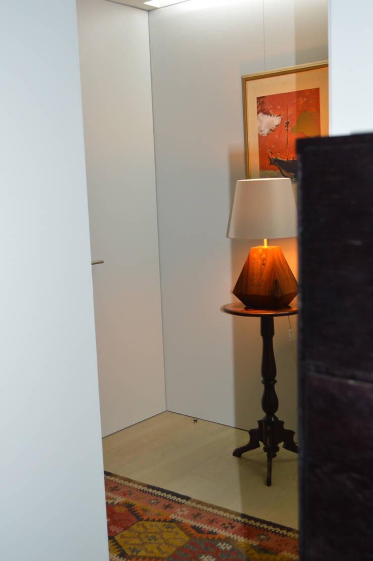 Corredor de acesso quartos / Hall de entrada: Corredores e halls de entrada  por Tangerinas e Pêssegos - Design de Interiores & Decoração no Porto