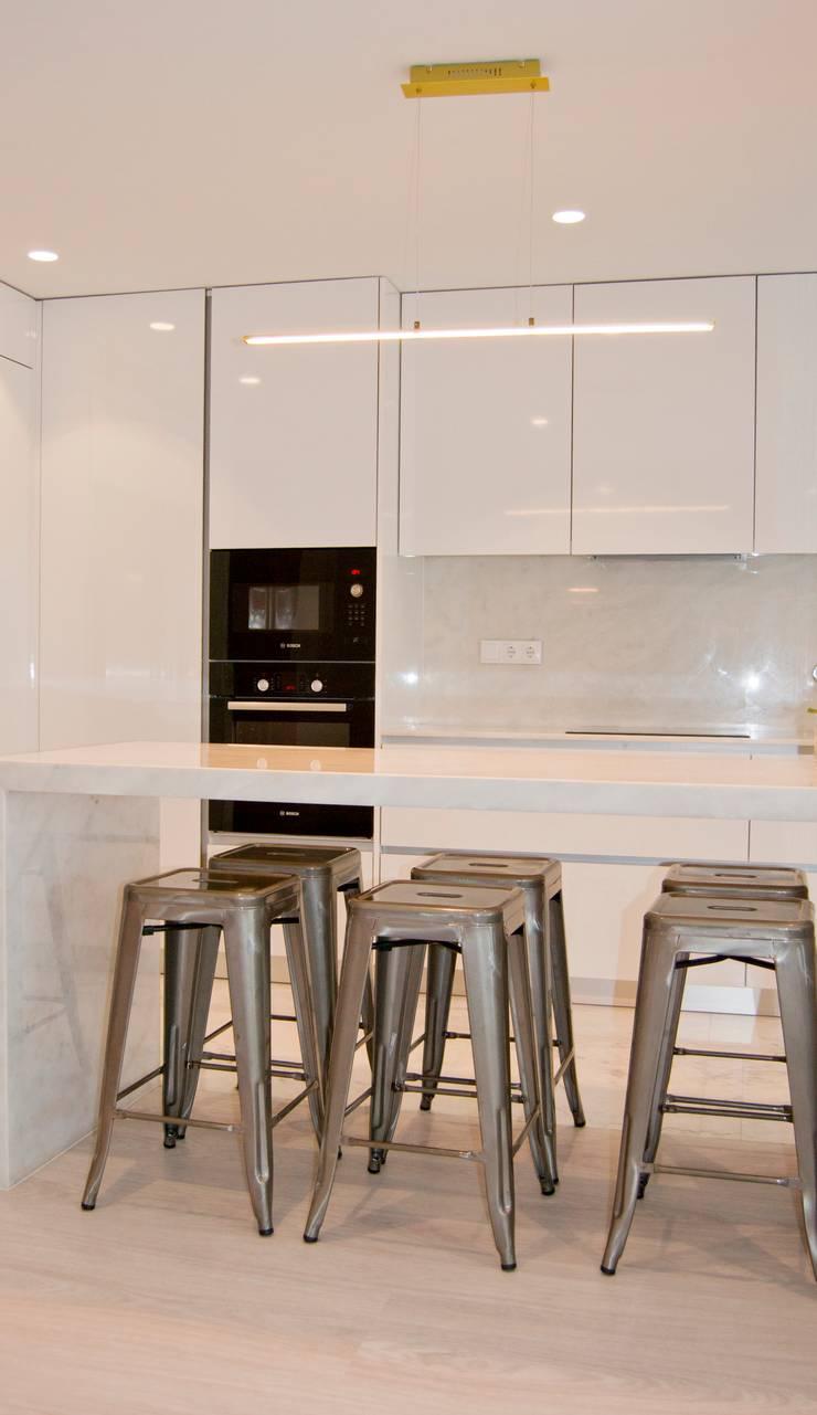 Cozinha : Armários de cozinha  por Tangerinas e Pêssegos - Design de Interiores & Decoração no Porto