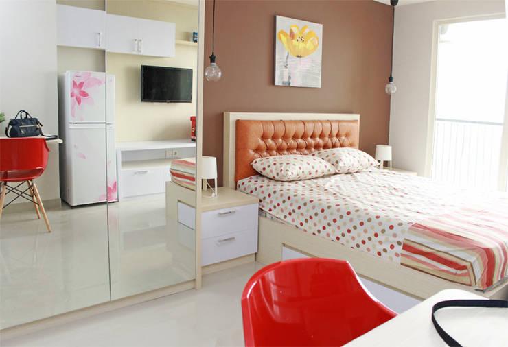 Interior Studio Apartemen Oasis Cikarang:  Bedroom by PT Solusi Eka Optima