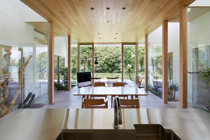 LDK: 藤原・室 建築設計事務所が手掛けたリビングです。