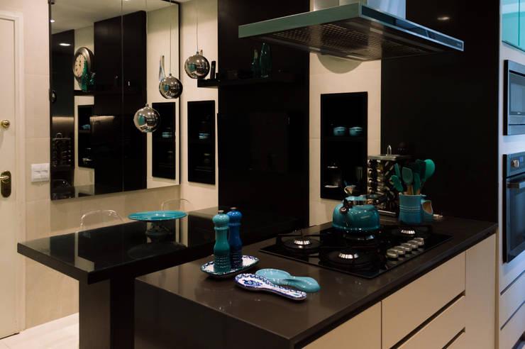 Apartamento Ocean Front por Elaine Ramos: Armários e bancadas de cozinha  por Elaine Ramos | Arquitetos Associados