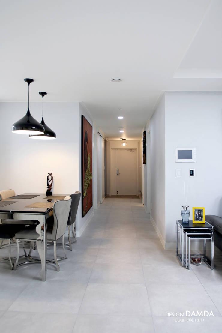 백현동 푸르지오 그랑블 39평: 디자인담다의  복도 & 현관