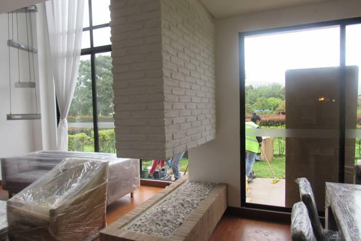 constructora OIKOS: Paredes y suelos de estilo  por C.I Arquitex Design
