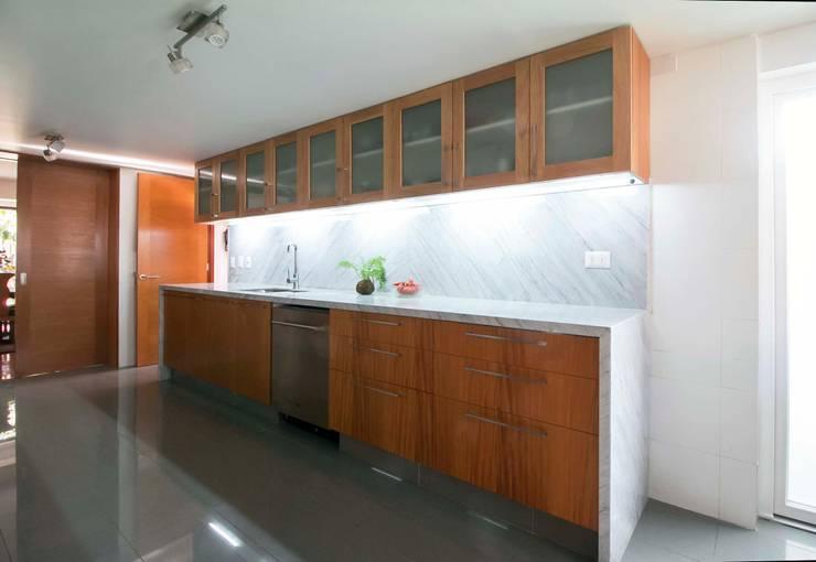 Casa Simón Gonzalez: Cocinas equipadas de estilo  por Crescente Böhme Arquitectos