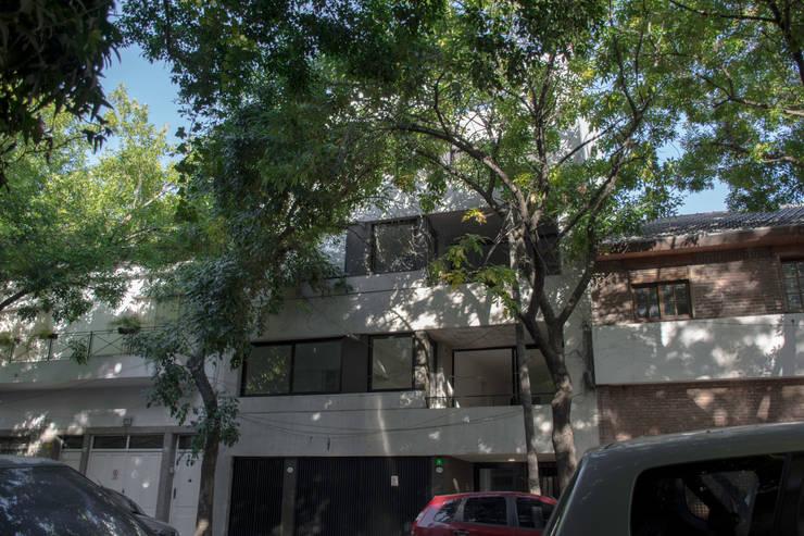 Fachada: Casas multifamiliares de estilo  por ARM Arquitectos