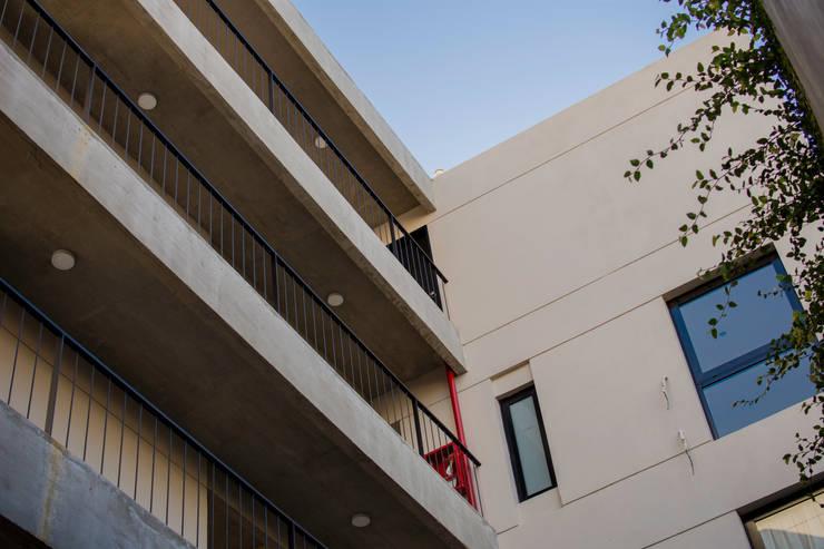 Patio Interior: Casas multifamiliares de estilo  por ARM Arquitectos