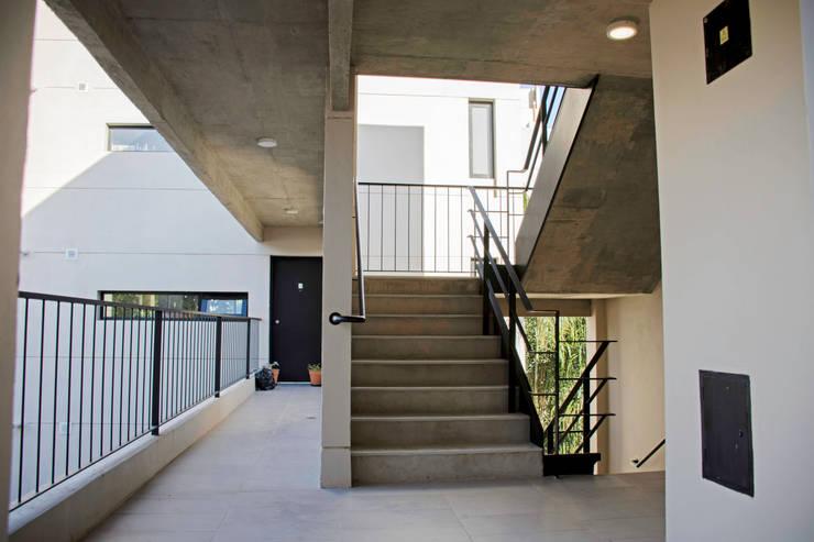 Escalera: Casas multifamiliares de estilo  por ARM Arquitectos