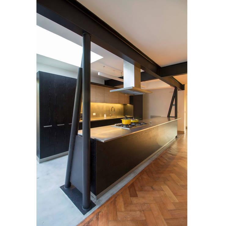 Встроенные кухни в . Автор – Crescente Böhme Arquitectos, Минимализм Железо / Сталь