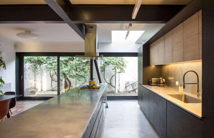 Встроенные кухни в . Автор – Crescente Böhme Arquitectos, Минимализм Дерево Эффект древесины
