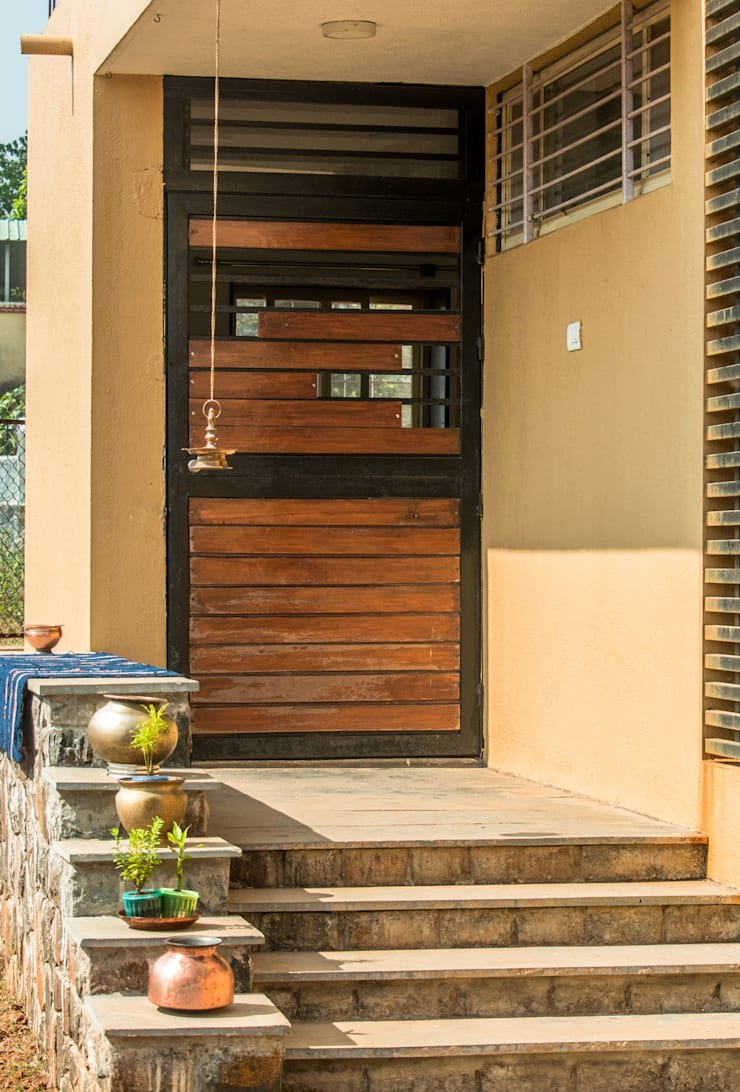 Farmhouse at Igatpuri:  Front doors by Rawat Design Studio