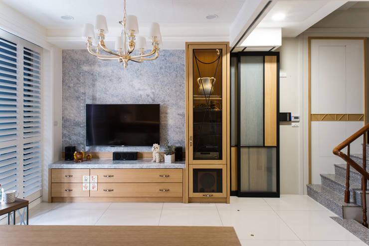 幸福:  客廳 by 松泰室內裝修設計工程有限公司