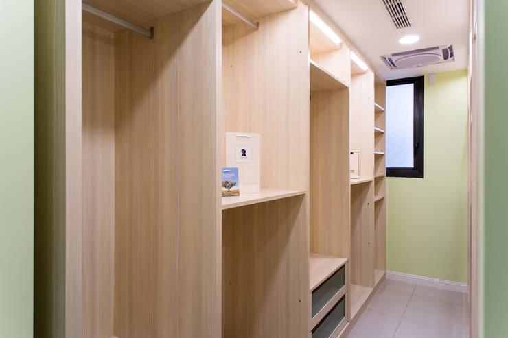 幸福:  更衣室 by 松泰室內裝修設計工程有限公司