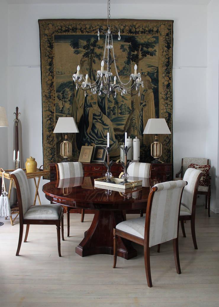 Mesa de comedor modelo Art Deco & sillas modelo Imperio modernas.: Comedores de estilo  por K&M CASA,