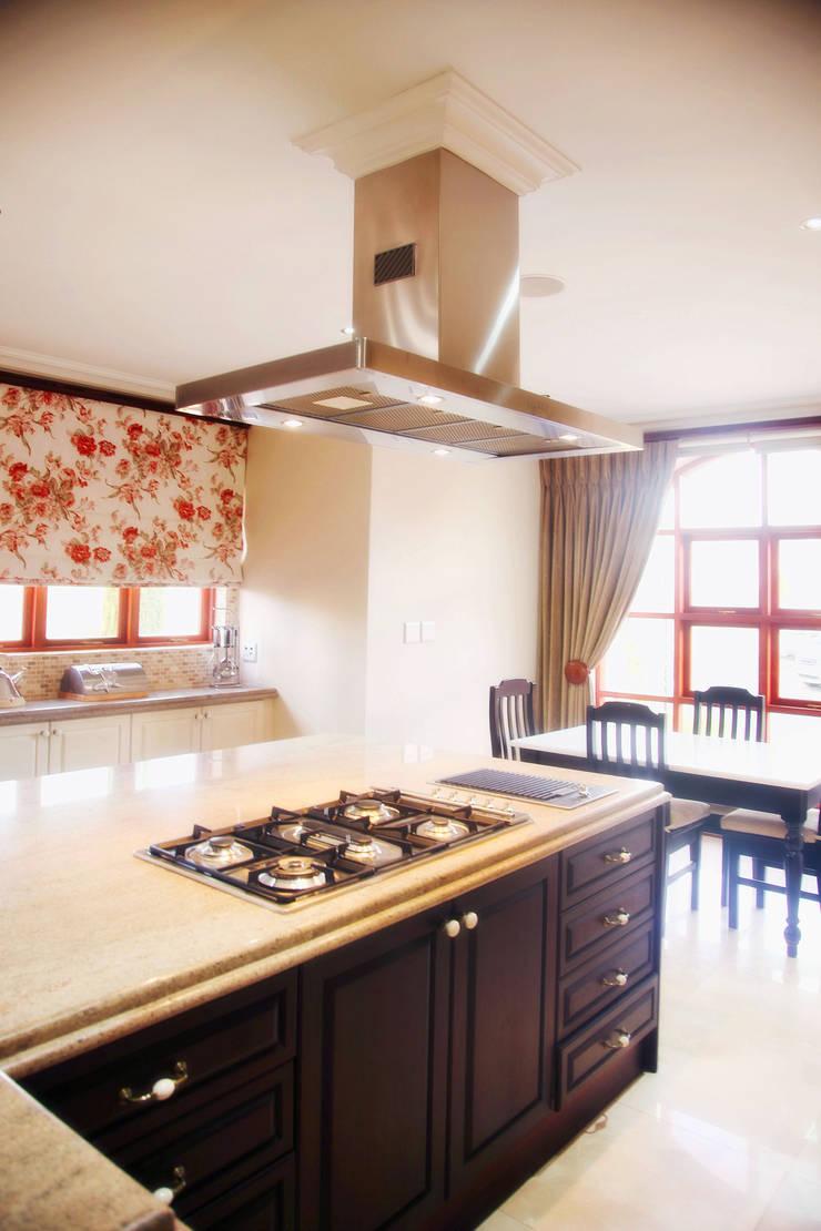 Bluevalley Estate:  Kitchen by Vision Tribe