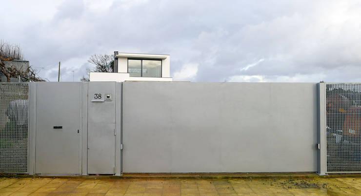 Vivienda en Rúa Aba: Puertas correderas de estilo  de AD+ arquitectura