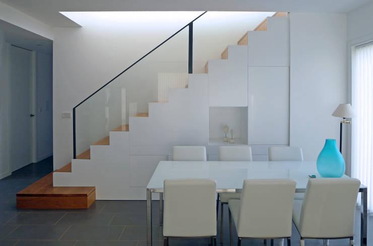 Vivienda en Rúa Aba: Escaleras de estilo  de AD+ arquitectura