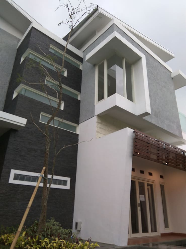 Telaga Golf House:  Rumah by IDEANUSANTARA