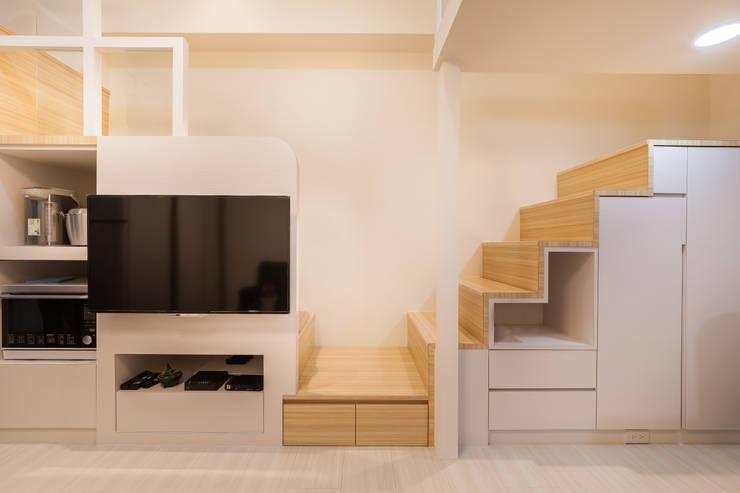 夾層設計 甜蜜機能小宅:  玄關、走廊與階梯 by 好室佳室內設計