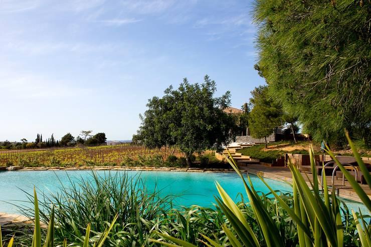 Quinta em Carvoeiro: Jardins de fachada  por Jardíssimo