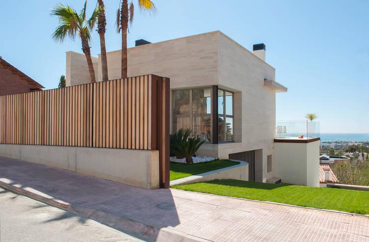 Exterior y rampa garaje: Casas de estilo  de Rardo - Architects