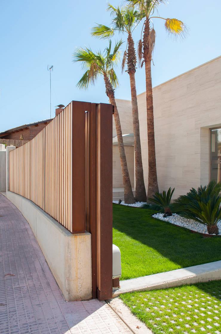 Detalle valla exterior: Casas de estilo  de Rardo - Architects