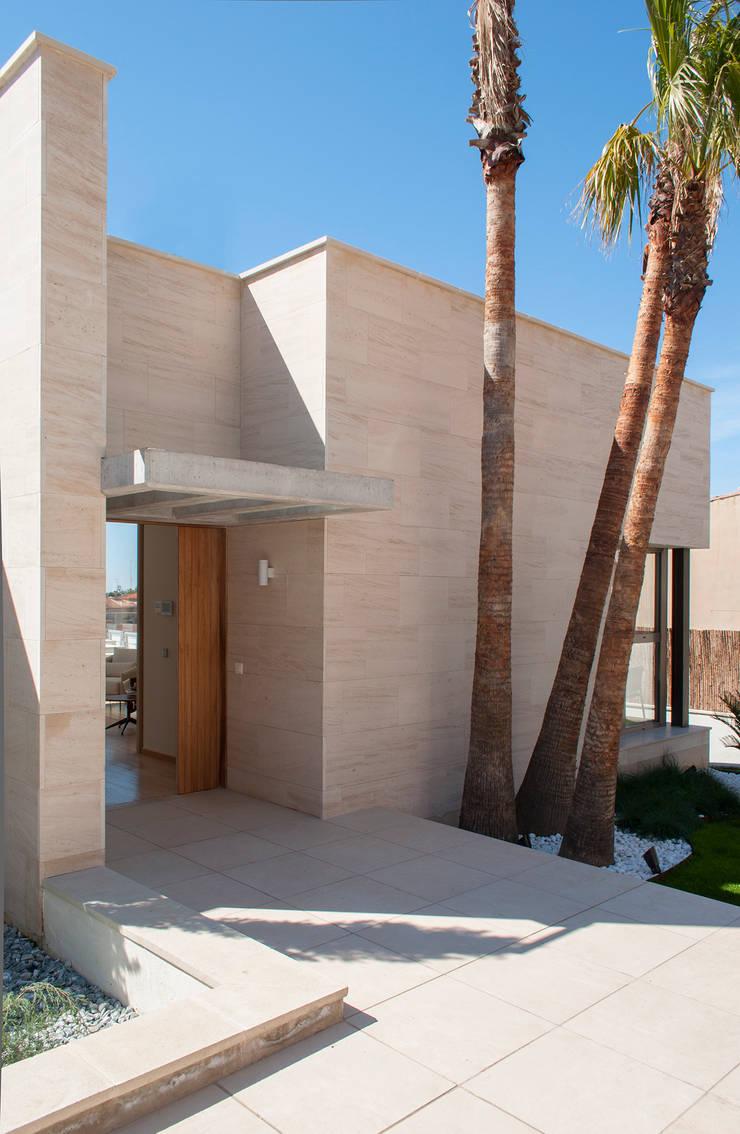 Fachada y entrada: Casas de estilo  de Rardo - Architects