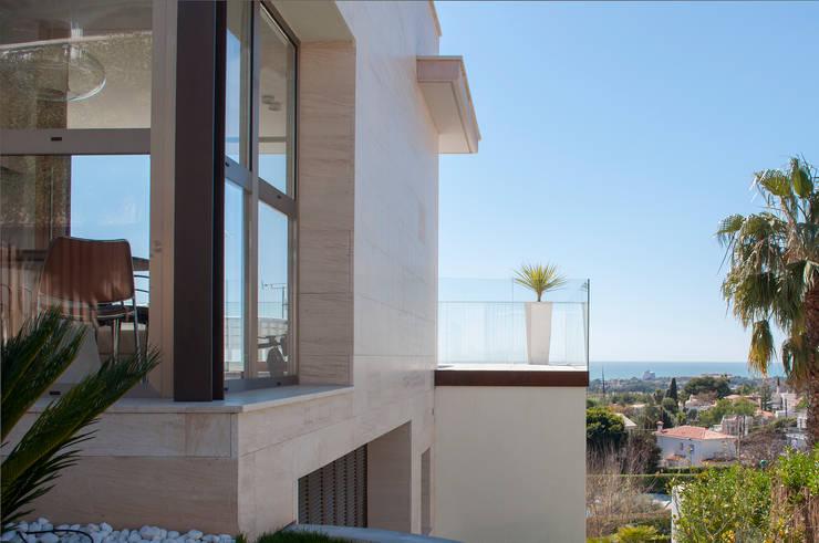 Fachada y cornisa: Casas de estilo  de Rardo - Architects
