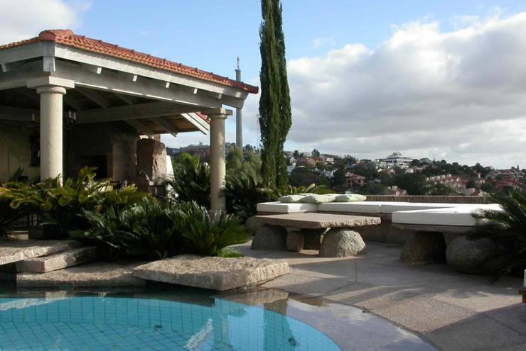 Piscina com borda de granito cinza.: Piscinas de jardim  por Raul Hilgert Arquitetura de Exteriores