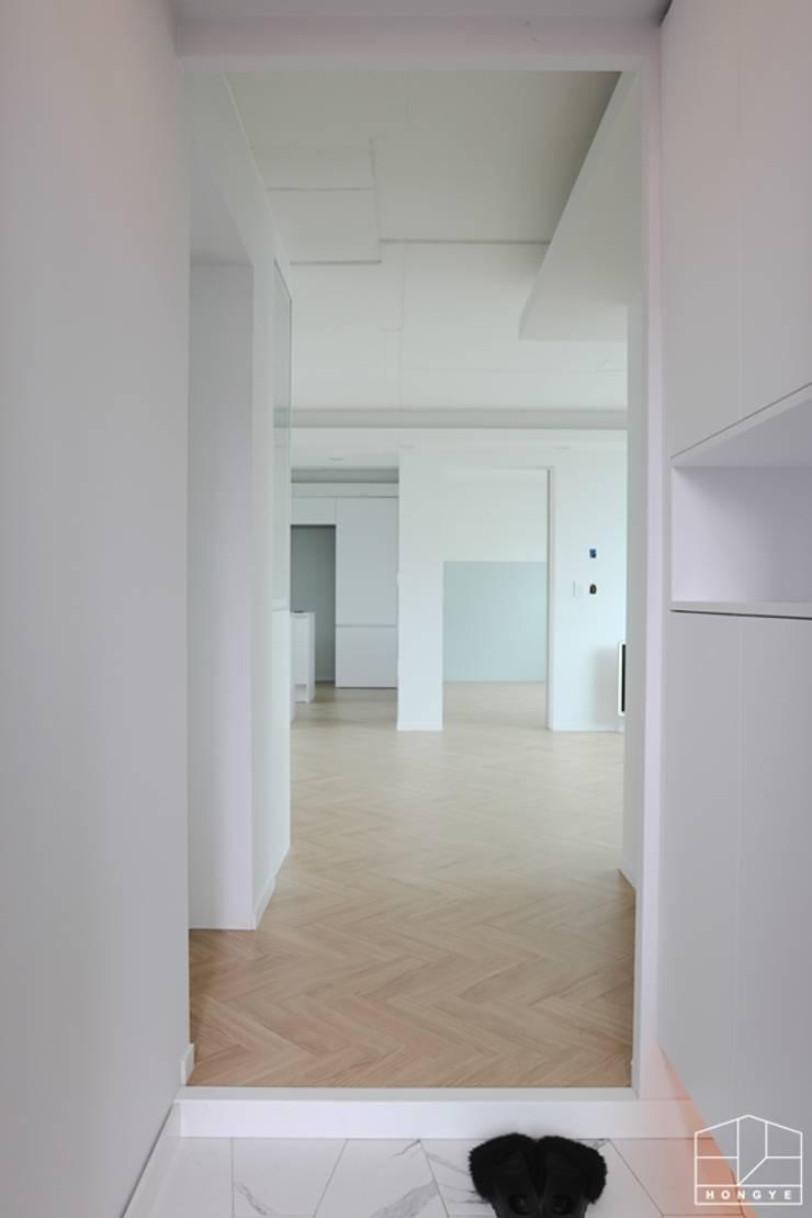 터치 하나로 모든 게 가능한 방배동 25py 스마트하우스: 홍예디자인의  복도 & 현관