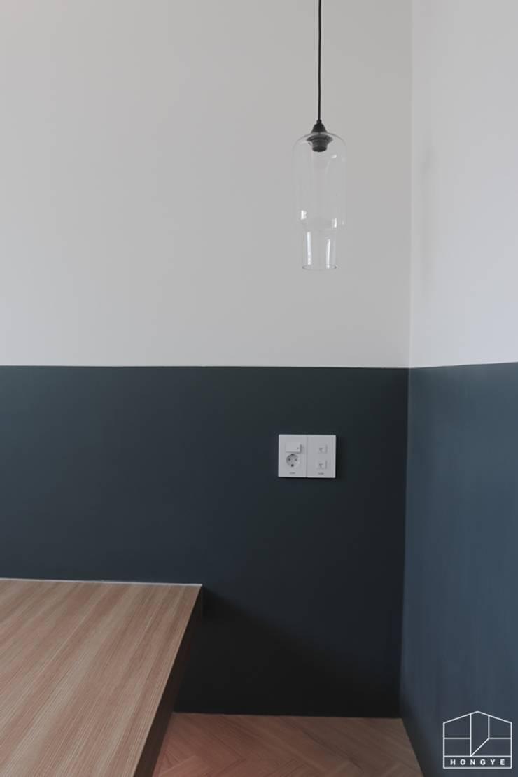터치 하나로 모든 게 가능한 방배동 25py 스마트하우스: 홍예디자인의  침실