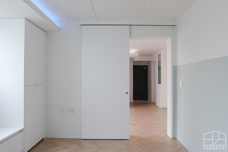 터치 하나로 모든 게 가능한 방배동 25py 스마트하우스: 홍예디자인의  문