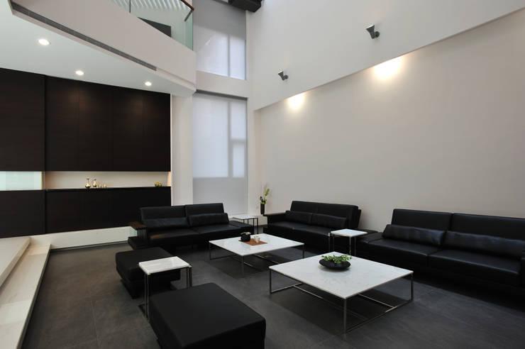 Salas de estilo  por 黃耀德建築師事務所  Adermark Design Studio