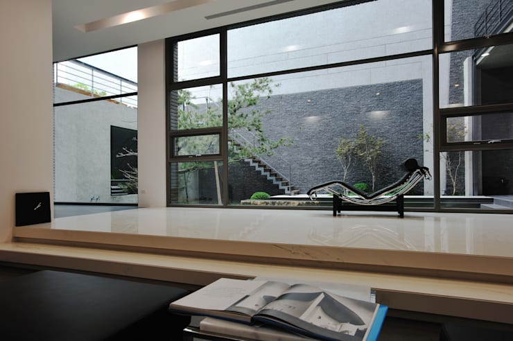Living room by 黃耀德建築師事務所  Adermark Design Studio