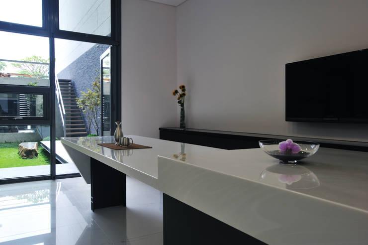 Cocinas de estilo  por 黃耀德建築師事務所  Adermark Design Studio