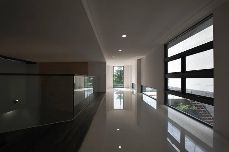 Corridor & hallway by 黃耀德建築師事務所  Adermark Design Studio