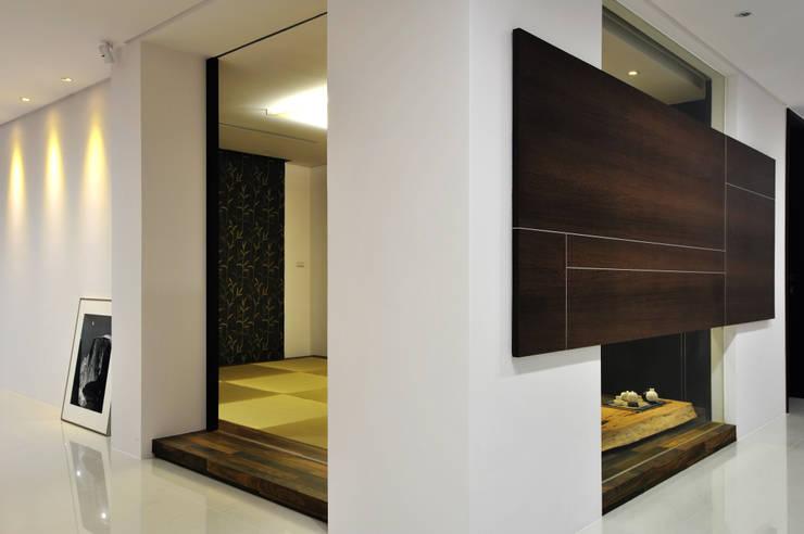 Puertas de estilo  por 黃耀德建築師事務所  Adermark Design Studio