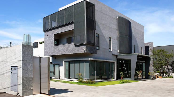 建築物正立面:  房子 by 黃耀德建築師事務所  Adermark Design Studio