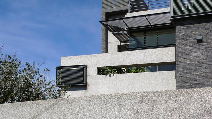 露台高牆與遮陽:  房子 by 黃耀德建築師事務所  Adermark Design Studio