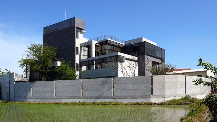 建築物背面:  房子 by 黃耀德建築師事務所  Adermark Design Studio