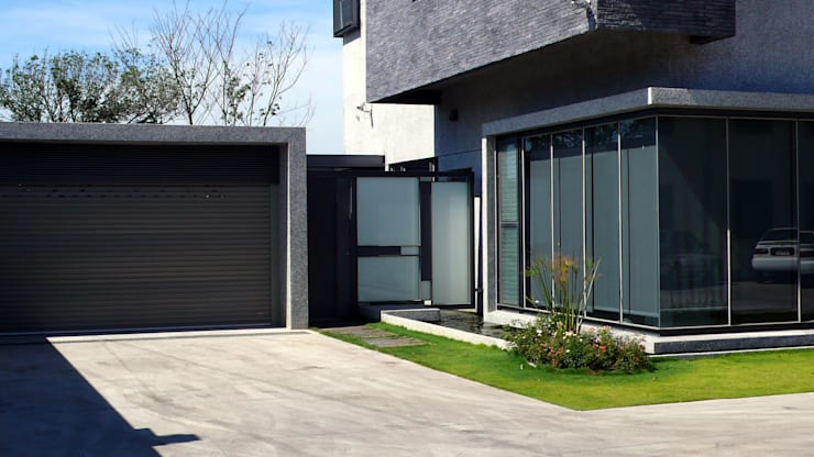 住宅入口鐵件設計:  房子 by 黃耀德建築師事務所  Adermark Design Studio