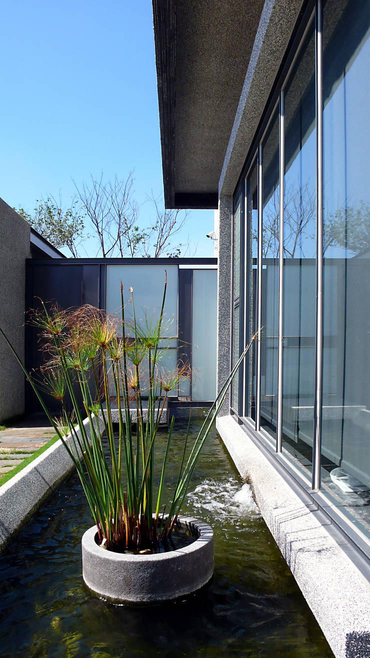 住宅入口與水景:  房子 by 黃耀德建築師事務所  Adermark Design Studio