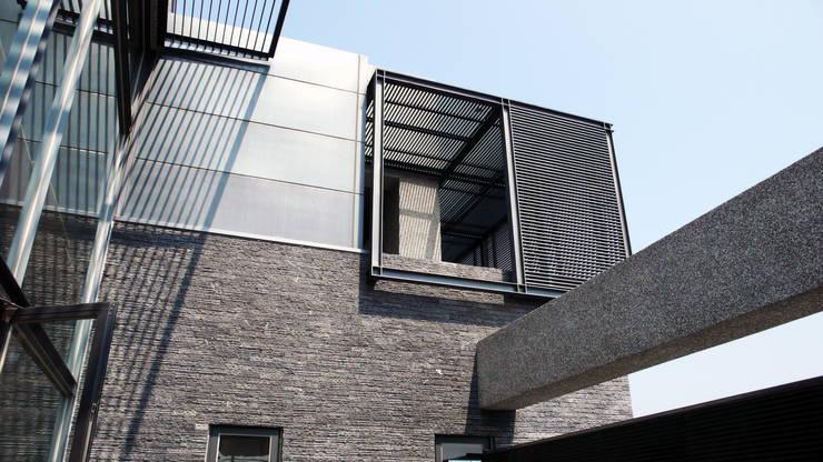 遮陽格柵:  房子 by 黃耀德建築師事務所  Adermark Design Studio