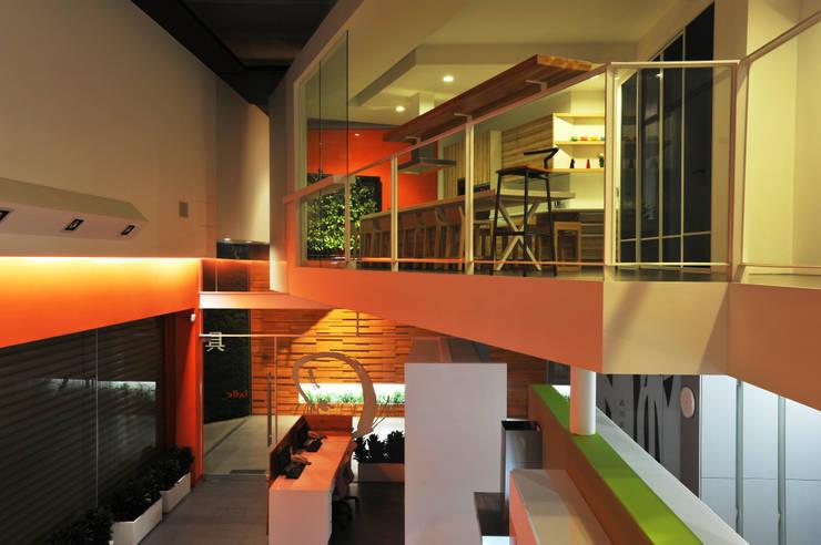 室內設計  麗爵廚具體驗館:  廚房 by 黃耀德建築師事務所  Adermark Design Studio