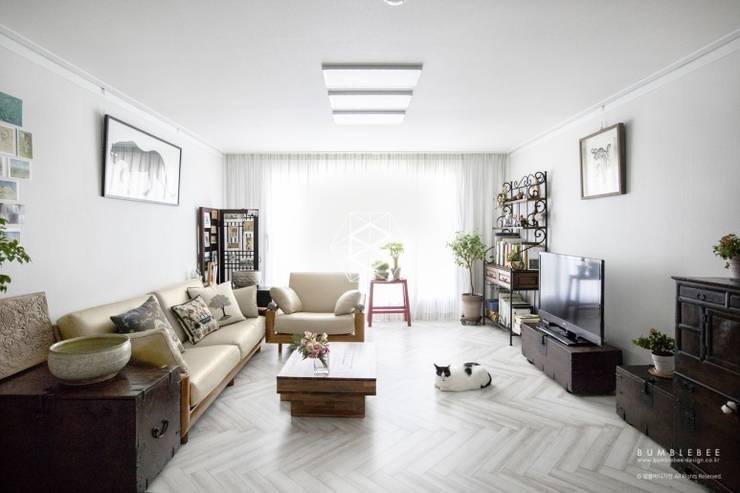 거실: 범블비디자인의  거실